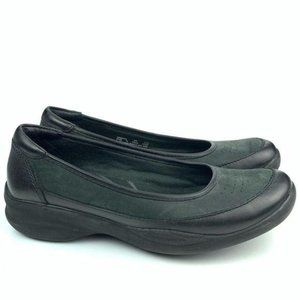 Clarks in motion flats size 6 black leather suede
